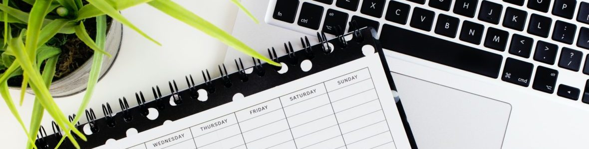 Kalender und Laptop