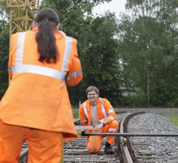 Zwei Gleisbauer beim vermessen