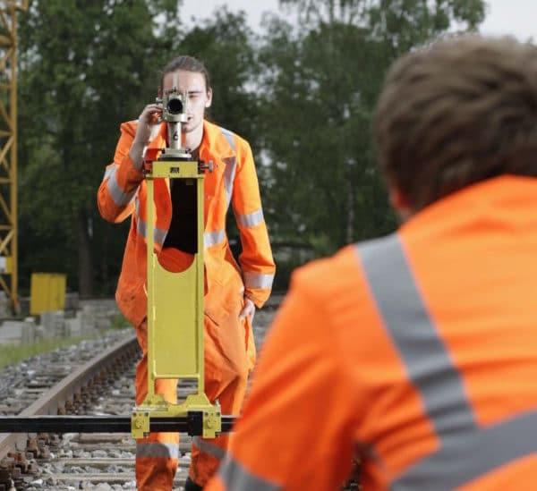 Gleisbauer beim Vermessen